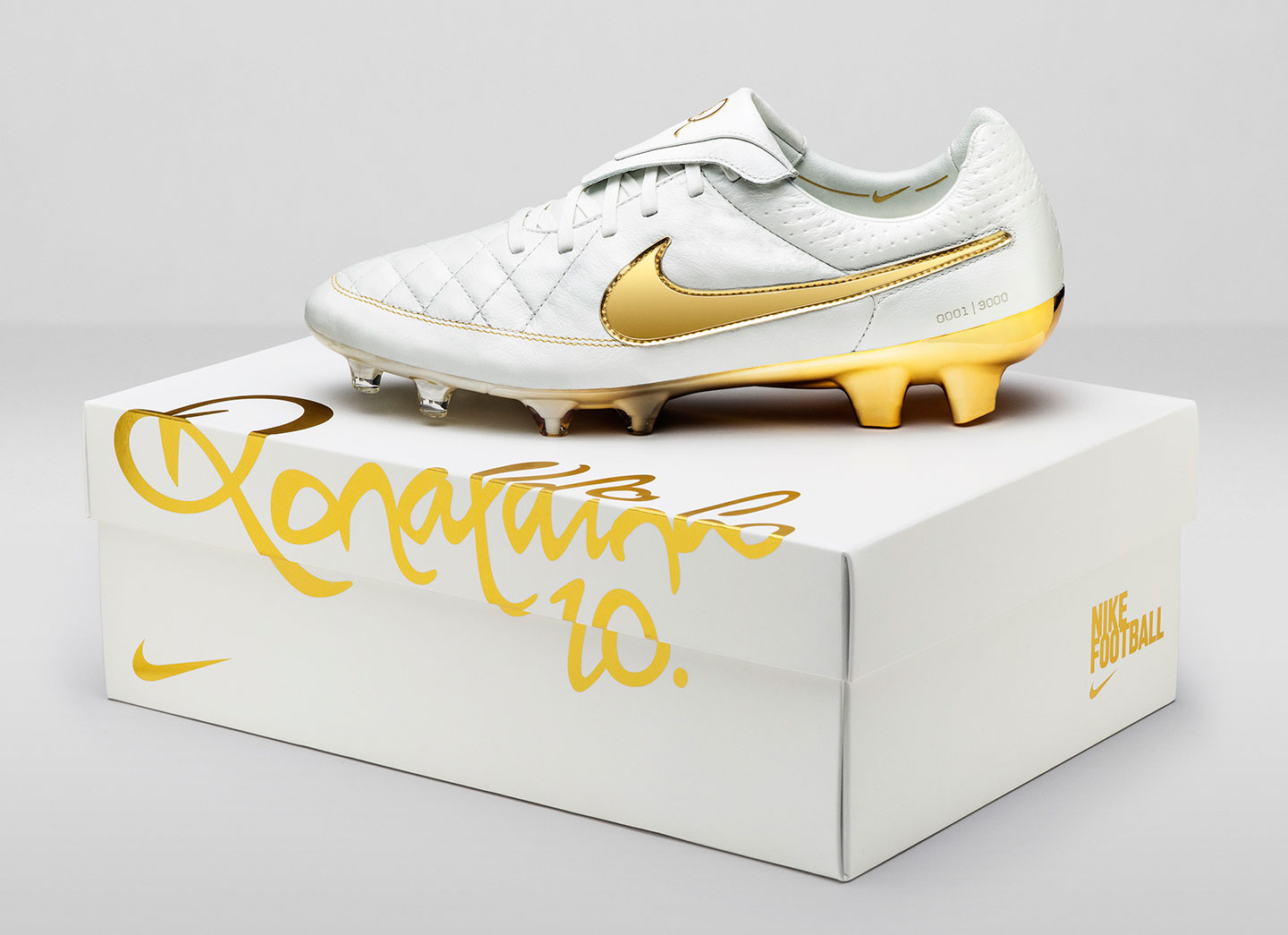 af18a2d3105 Nike Football Ronaldino Tiempo Gold soccer cleats BOX. Nike Ronaldinho 10  limited edition Tiempo Legend Touch ...